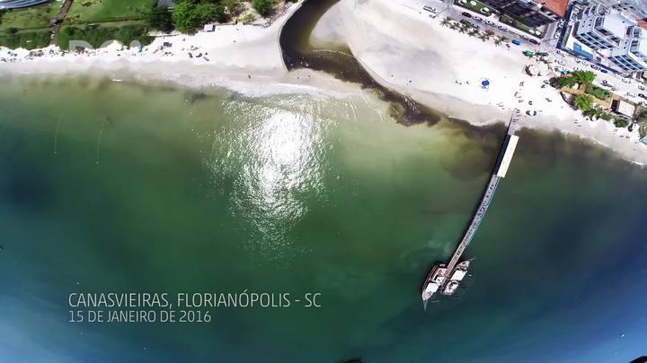 Imagens aéreas: poluição do Rio do Braz invade mar de Canasvieiras, em Florianópolis