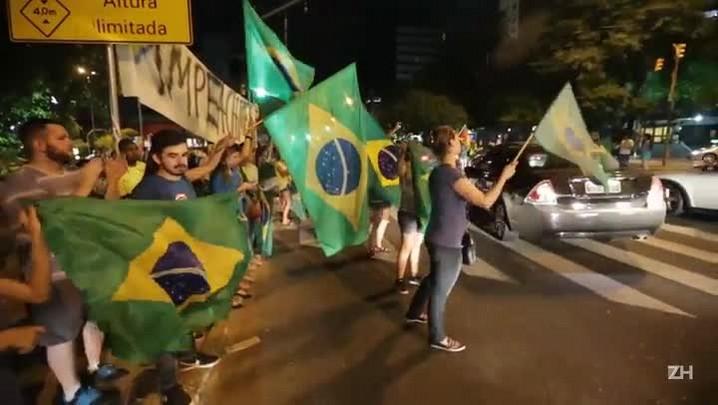 Manifestantes contra o governo protestam na Goethe
