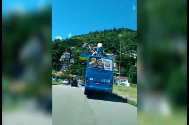 """Integrantes da torcida organizada do Avaí são flagrados \""""surfando\"""" em ônibus"""