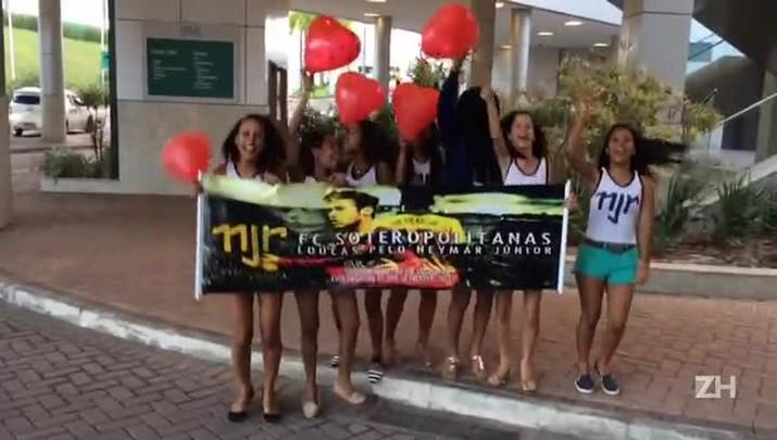 Com música, fã-clube espera Neymar na frente de hotel em Salvador