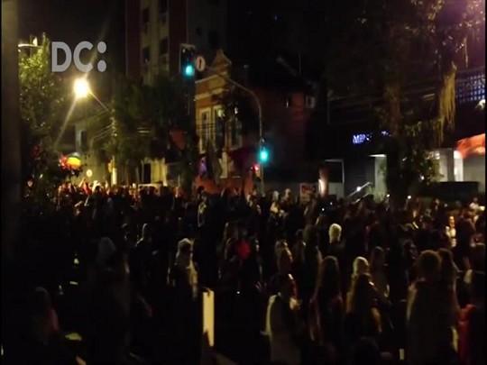 Manifestantes caminham pelo Centro e PM tenta evitar que ato chegue à Beira-Mar