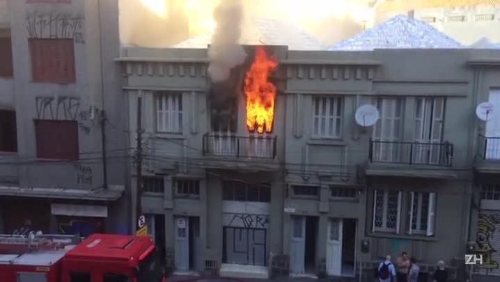 Bombeiros combatem incêndio na Avenida Cristóvão Colombo