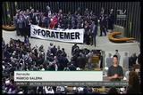"""Mauro Pereira arranca faixa \""""Fora, Temer\"""" da Mesa Diretora da Câmara, em Brasília"""