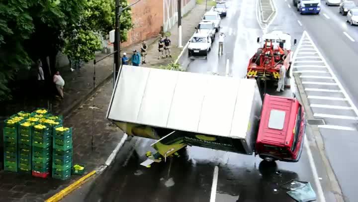 Caminhão é destombado na BR-116