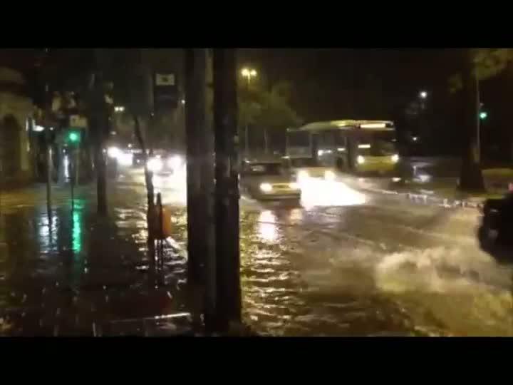 Chuva alaga ruas na capital na noite desta segunda-feira. 07/01/2013