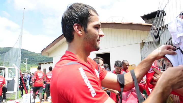 Goleiro Muriel atende a fãs em Gramado