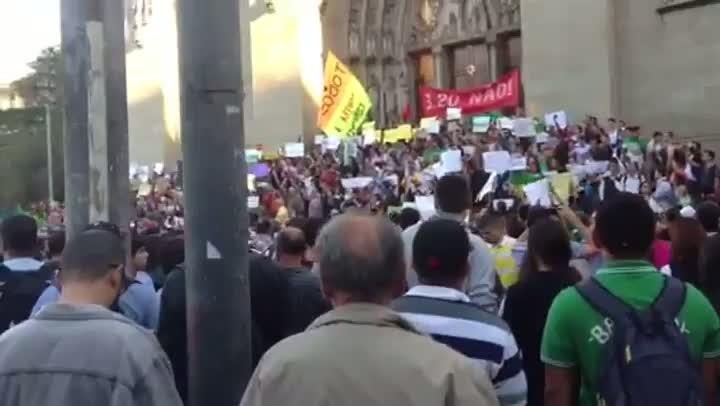 Manifestantes de São Paulo se reúnem antes de ato. 18/06/2013