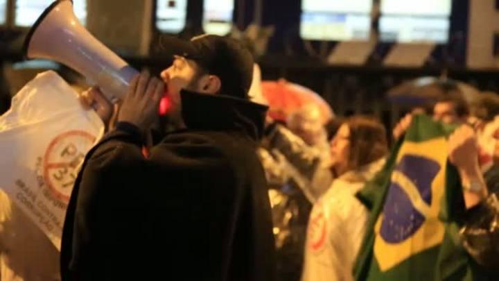Manifestação desta segunda-feira tem protesto pacífico, vandalismo e enfrentamentos com a polícia em Porto Alegre