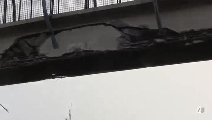 Caminhão com caçamba suspensa bate em passarela na freeway