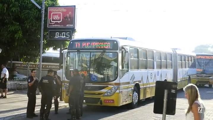 Ônibus da Carris ficaram alinhados na saída da garagem