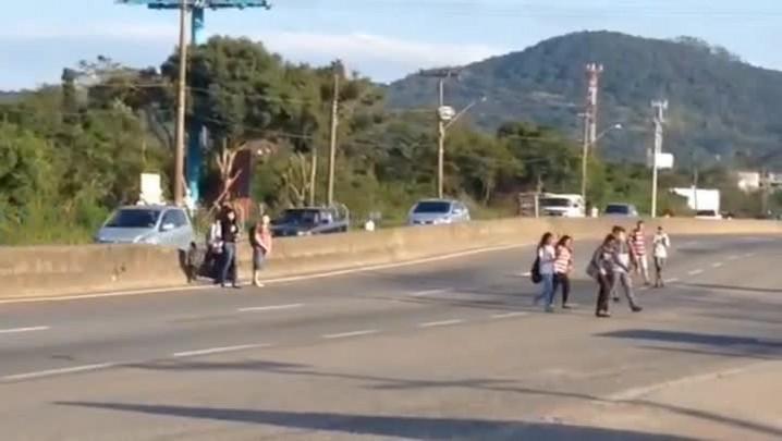 Leitor registra flagrante de imprudência praticada por pedestres em Florianópolis