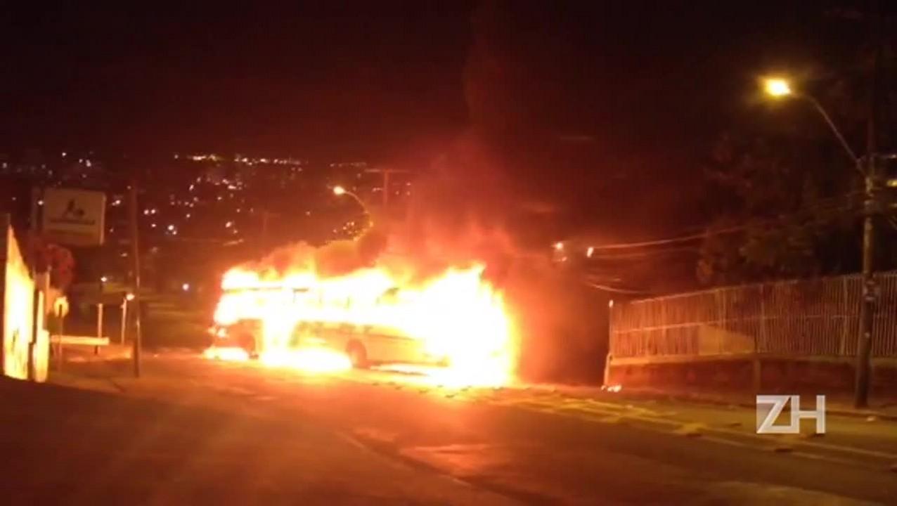 Ônibus é incendiado em protesto na Vila Cruzeiro, em Porto Alegre