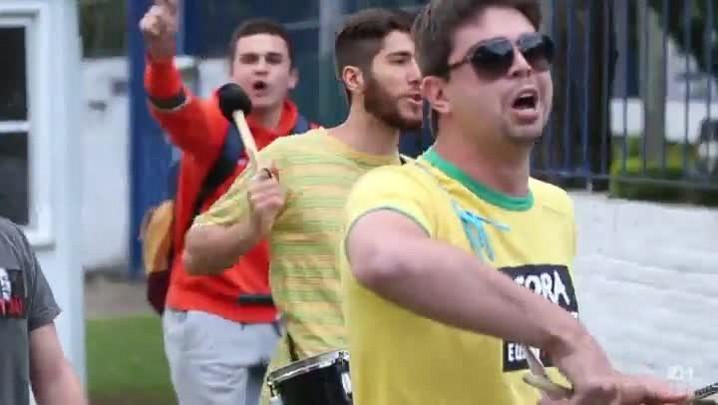Grupo protesta em frente à casa do ex-marido de Dilma