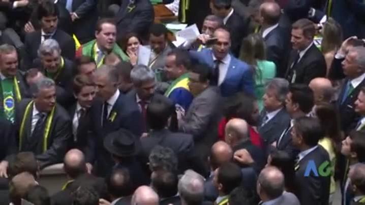 Em vídeo, filho de Bolsonaro aparece cuspindo em Jean Wyllys na Câmara