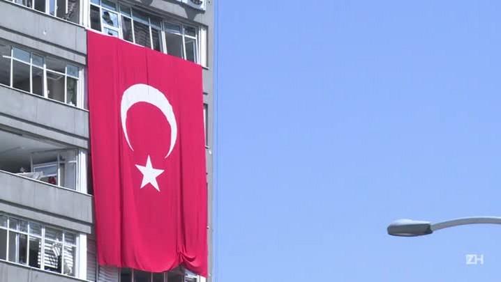 Turquia prende, demite e procura por insurgentes