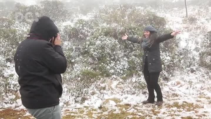 Turistas se divertem com neve na Serra Catarinense