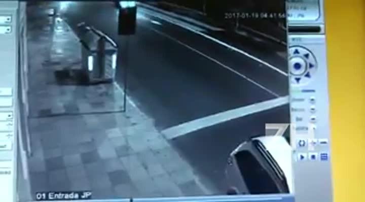 Câmeras de segurança mostram momento em que homem é executado a tiros dentro de carro na Cidade Baixa