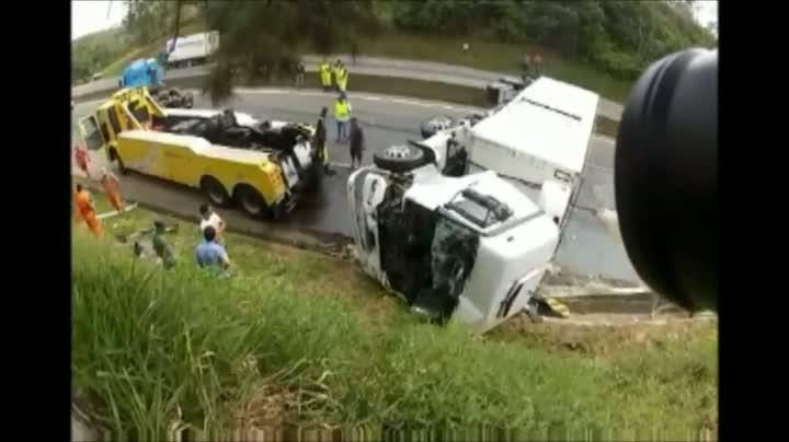 Acidente interdita BR-101 entre Joinville e Araquari