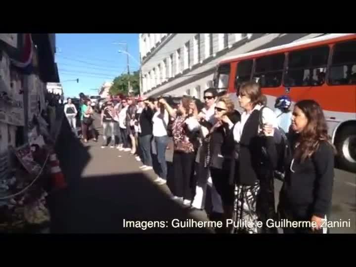 Com oração, multidão relembra tragédia em Santa Maria. 27/02/2013