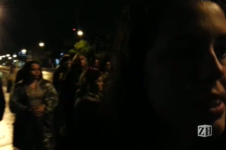 Manifestantes protestam em frente à RBS