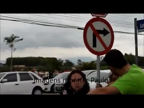 Carro cai no Rio Tijucas na Grande Florianópolis