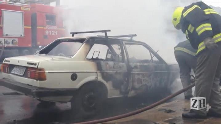 Carro pega fogo na Avenida Protásio Alves