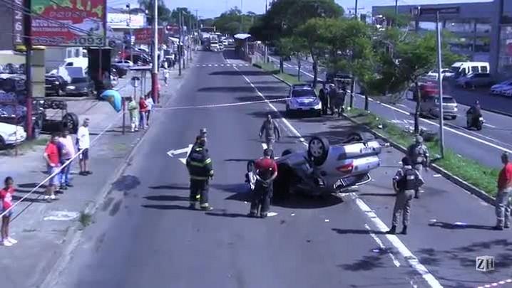 Bandidos capotaram com veículo roubado na Avenida Sertório