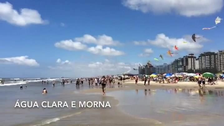 Tempo bom e mar tranquilo lotam praia de Capão da Canoa