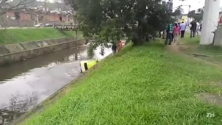 Leitor registra momento em que garis jogam carro no Dilúvio