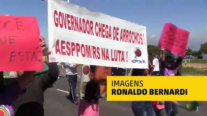 Protestos em meio ao desfile de 7 de setembro em Porto Alegre