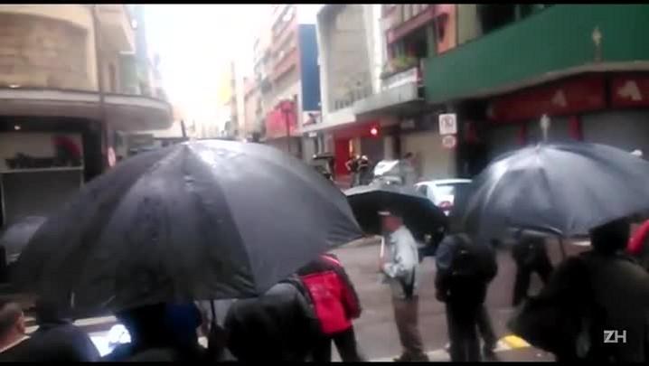 Brigada Militar cerca loja após assalto no centro de Porto Alegre