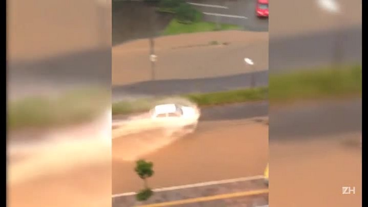 Chuva deixa ruas de Porto Alegre alagadas e congestionadas