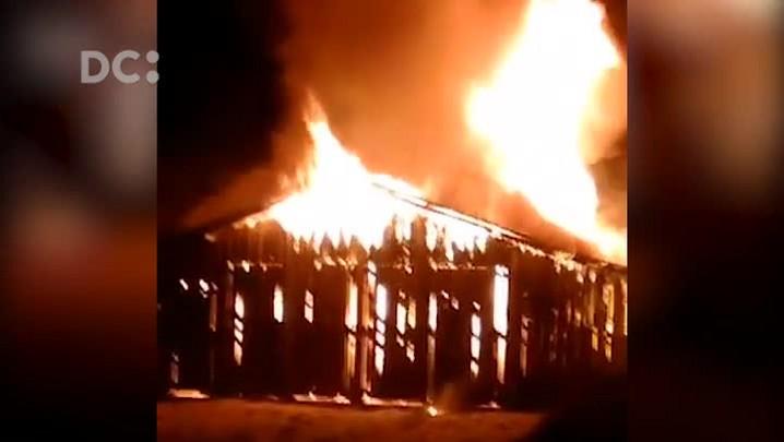 Barracão de pesca centenário é incendiado no Campeche, em Florianópolis
