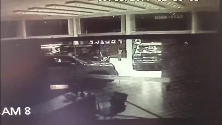 Ladrão furta carro, quebra vidraça de loja e sai dirigindo em Santa Maria
