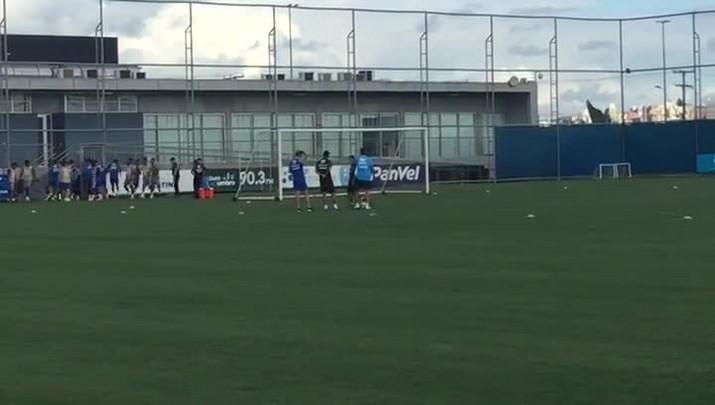 Treino do Grêmio tem Douglas como espectador