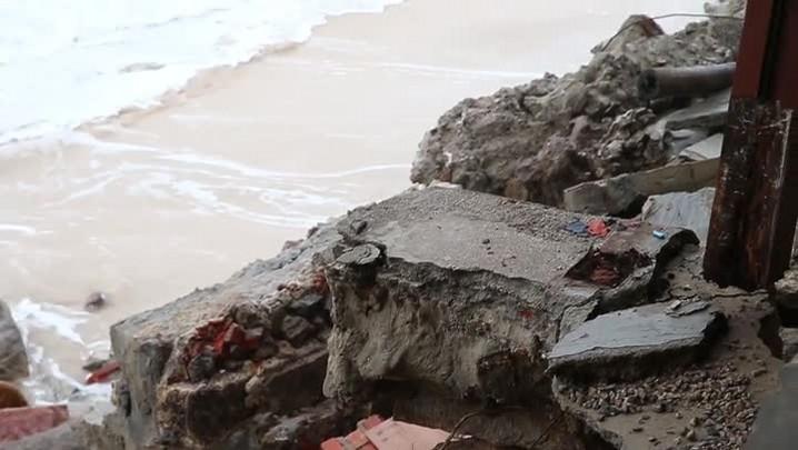Maré alta e ventos fortes causam ressaca Canasvieiras, Florianópolis