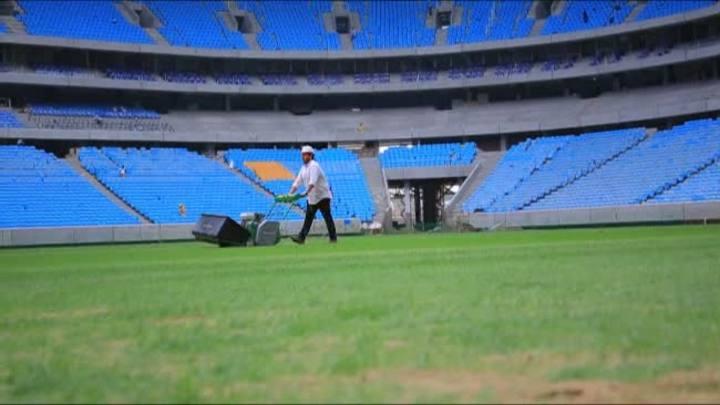 A um mês da inauguração, gramado da Arena recebe primeiro corte
