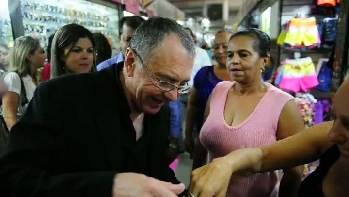Filósofo francês Gilles Lipovetsky tenta se comunicar com ambulantes durante visita ao Pop Center em Porto Alegre