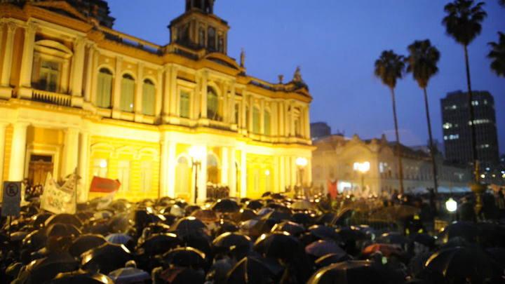 Protesto em POA: Manifestantes se concentram em frente à prefeitura da Capital