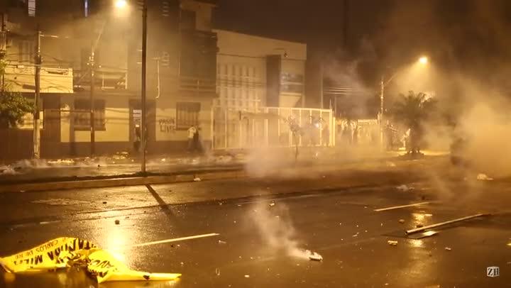 Protesto em POA: Bombas de efeito moral e gás lacrimogêneo pela avenida João Pessoa