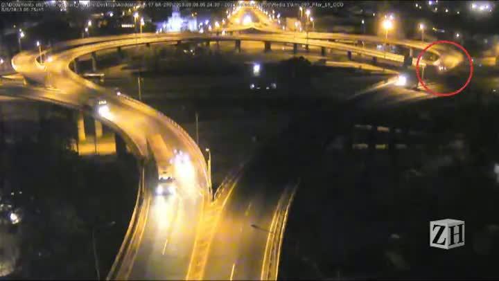 Veículo invadiu pista contrária e atingiu uma van na ponte do Guaíba