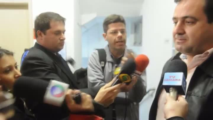 Após dar depoimento para a CPI dos Táxis, Isaías do Santos conversa com imprensa