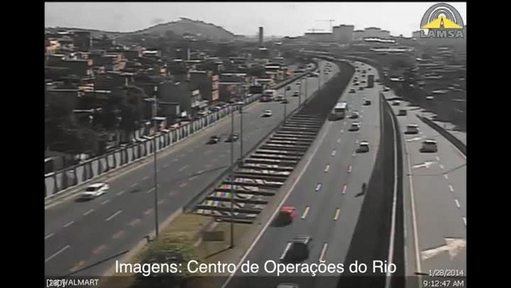Confira o momento em que caminhão atinge passarela no Rio de Janeiro. 28/01/2014