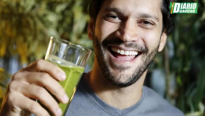 Ator Armando Babaioff mostra seu lado natureba e prepara suco natural