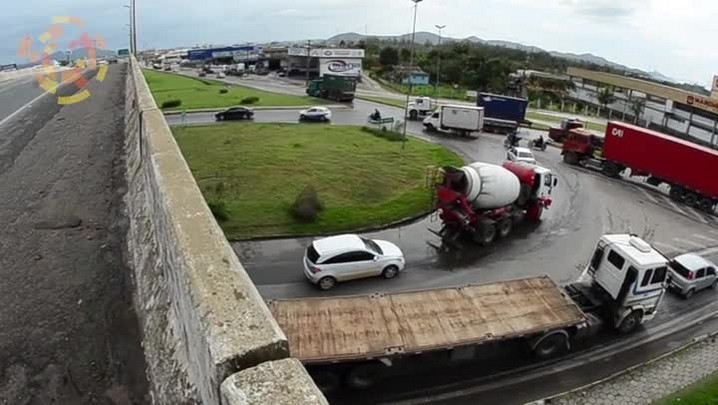 Trânsito é parado nos acessos a Itajaí pela BR - Veja o vídeo