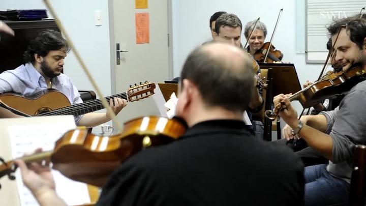 Yamandu Costa e Orquestra de Câmara de Blumenau se apresentam no Teatro Carlos Gomes