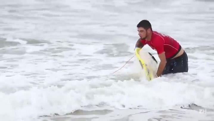 Surfe ajuda homem a superar paralisia infantil