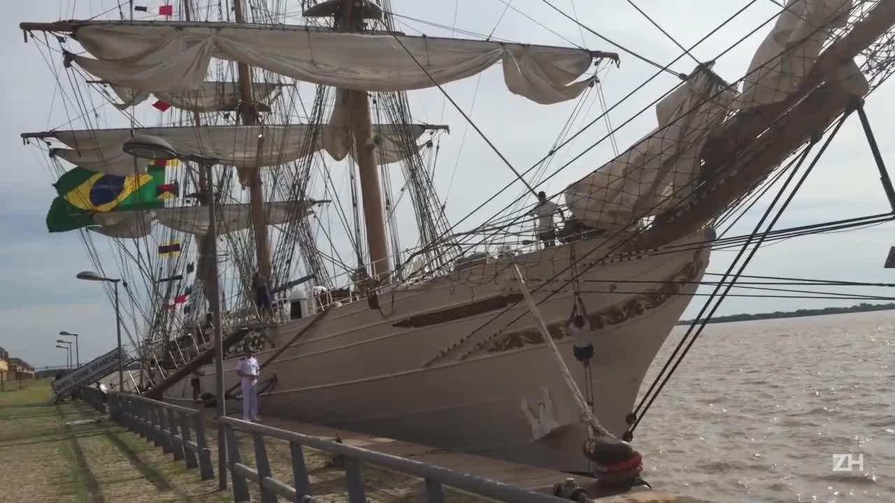 Navio veleiro da Marinha atraca em Porto Alegre