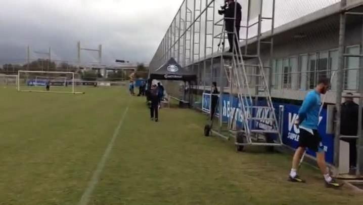 Edinho e Maicon correm em atividade do Grêmio