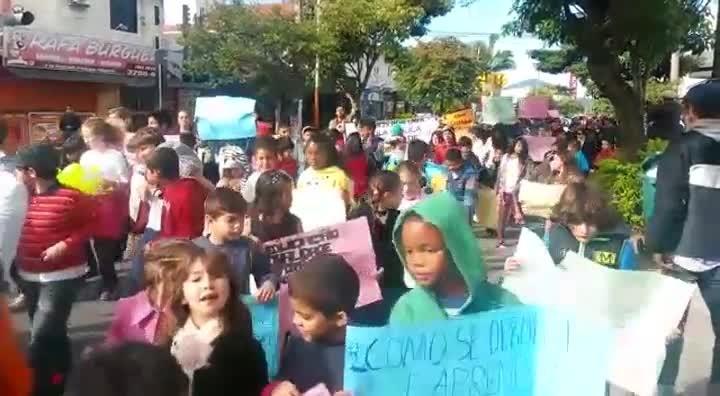 Manifestação de alunos pedindo reforma da Escola Municipal Osmar Cunha, em Canasvieiras